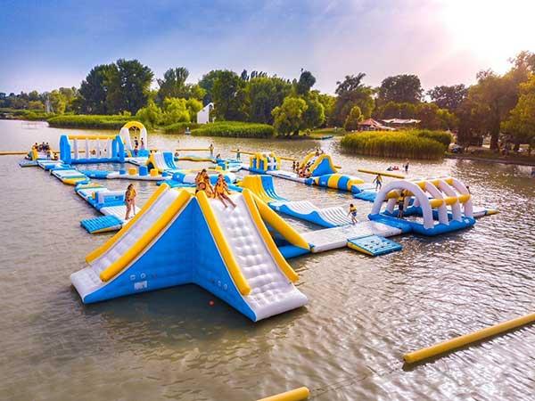 Fantastique parc aquatique gonflable en Hongrie